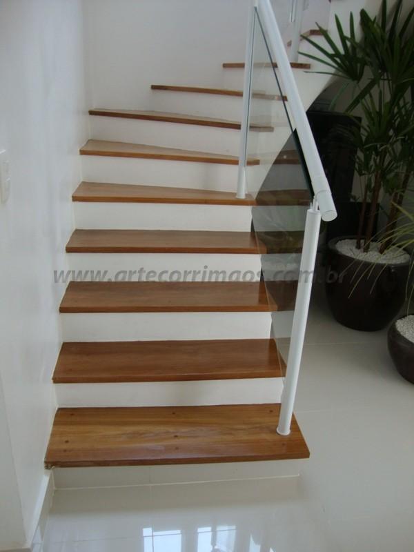 detalhe em escada com corrimãos branco fechado com vidro