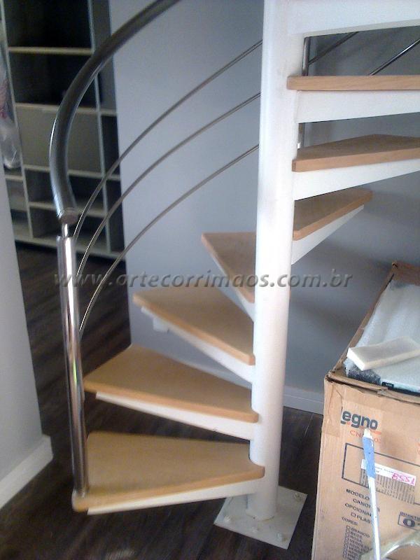 escada caracol com corrimaos em aço inox