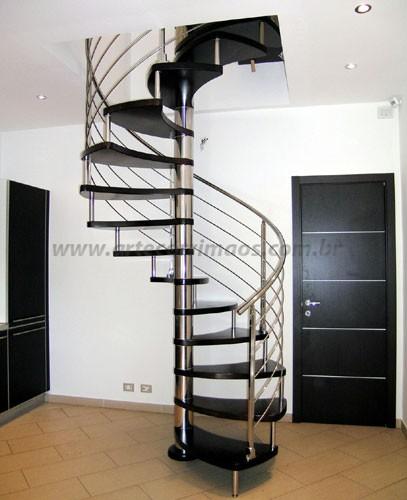 escada caracol em inox e madeira