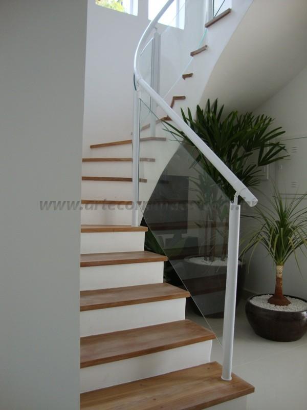 escada com corrimãos fechado com vidro curvo