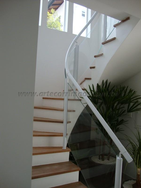 escada com corrimãos branco fechado com vidro curvado