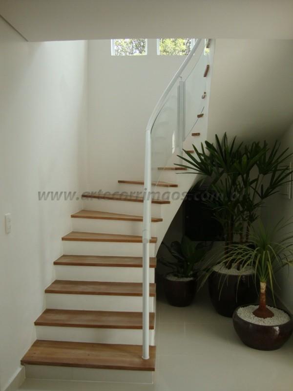 escada com corrimãos branco