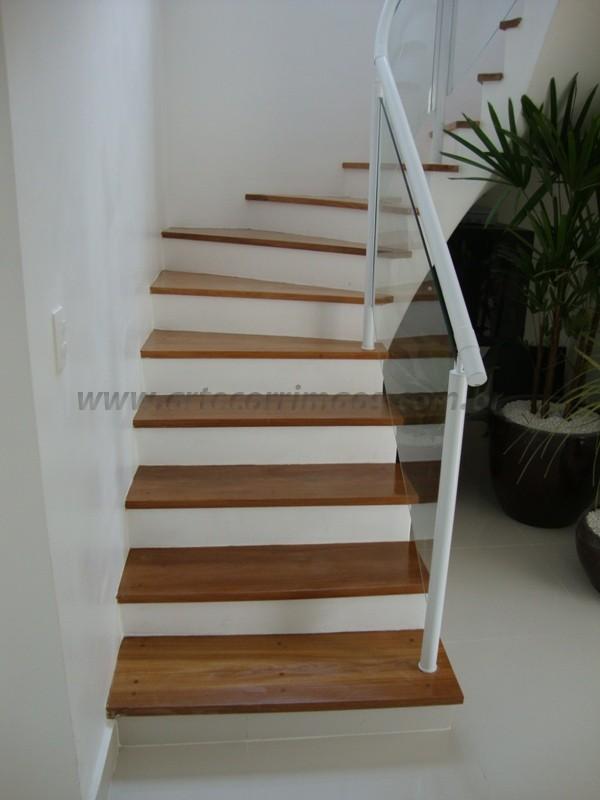 escada e corrimãos branco fechado com vidro