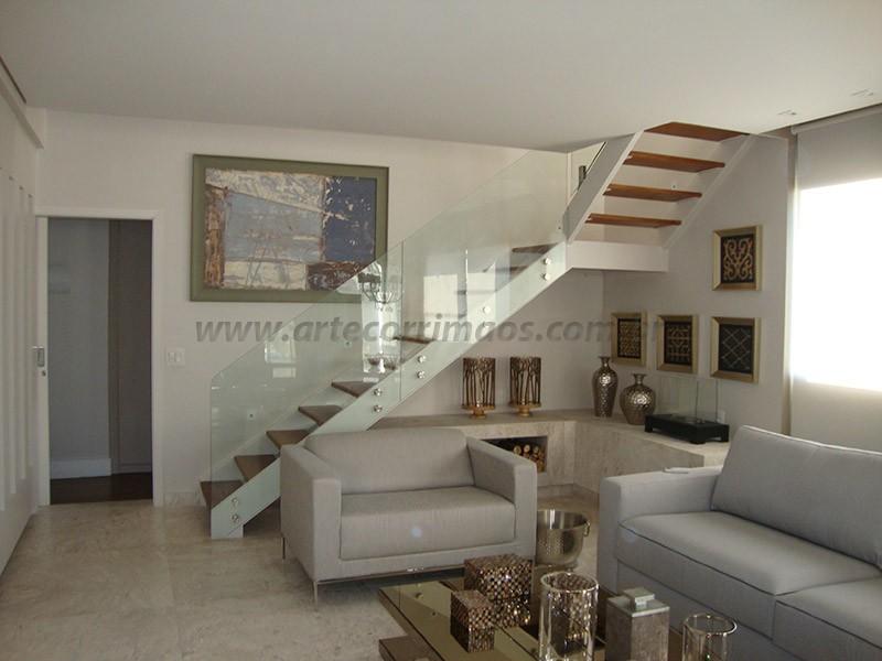 corrimao de vidro e escada de madeira