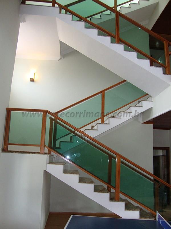 corrimao madeira e vidro verde