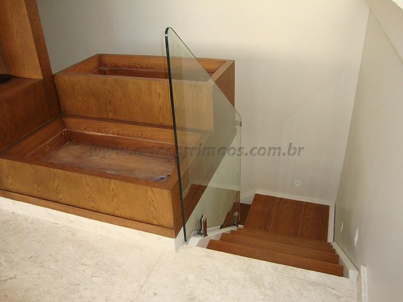 corrimaos vidro e escada madeira