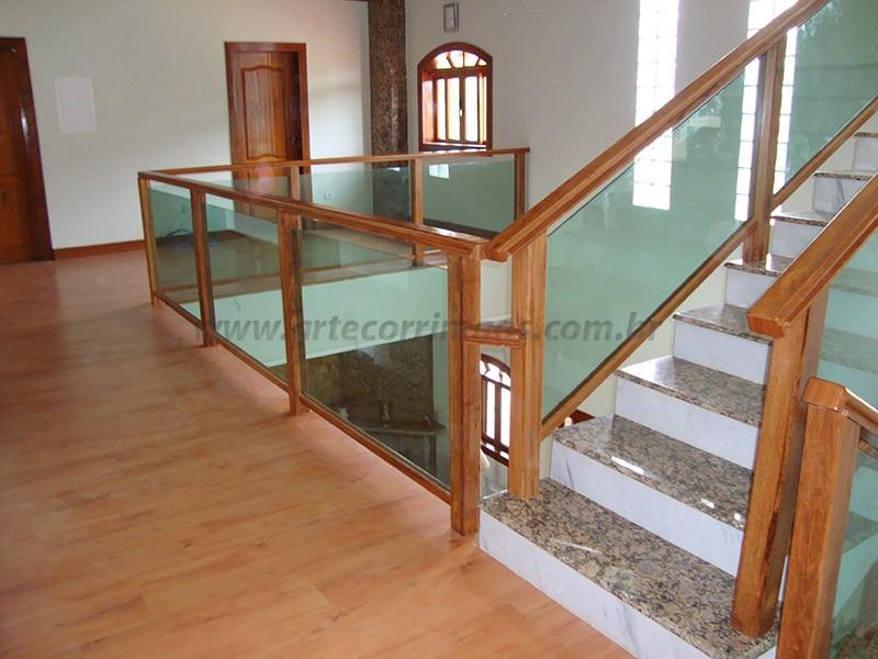 escada e corrimao madeira e vidro verde