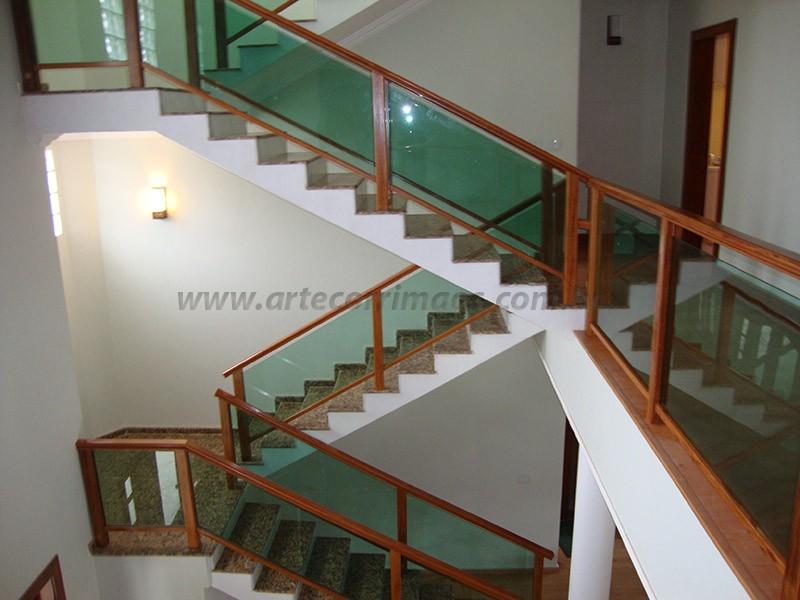 escada e corrimaos de madeira com vidro