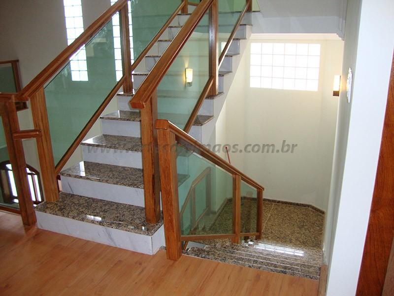 escadas e corrimaos vidro com madeira