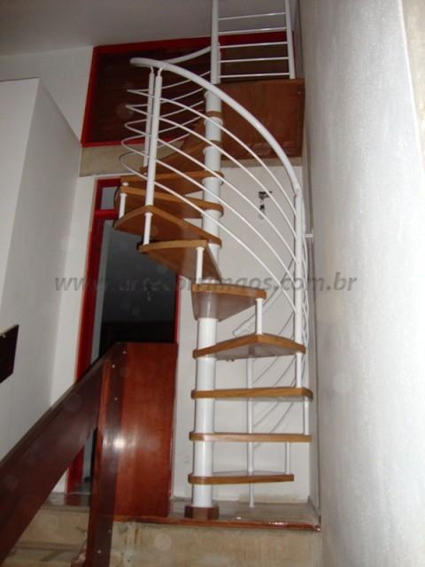 escada caracol em ferro branco