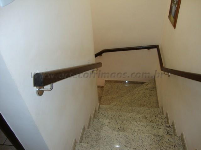 corrimão em escada madeira