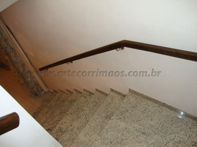 corrimãos para escada feito em madeira