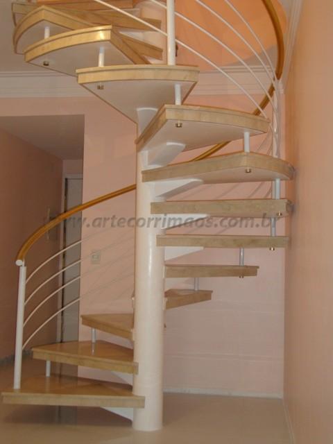 escada caracol branca e dourada