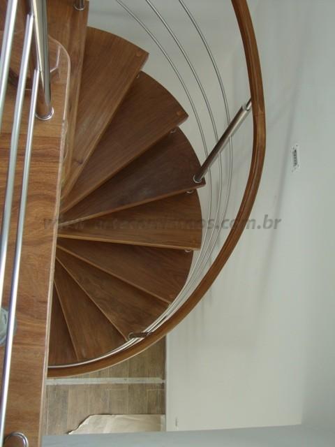 escada caracol em madeira e aço inox