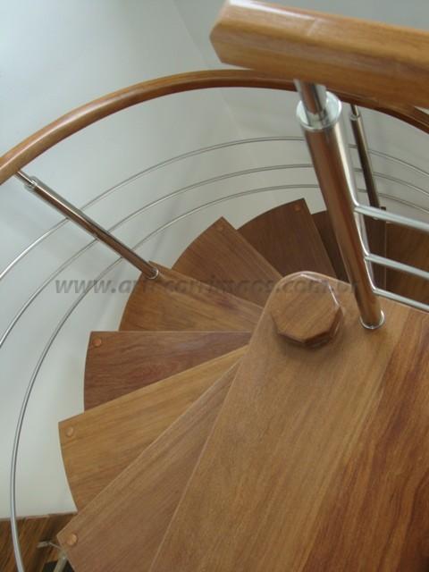 escada curva caracol madeira