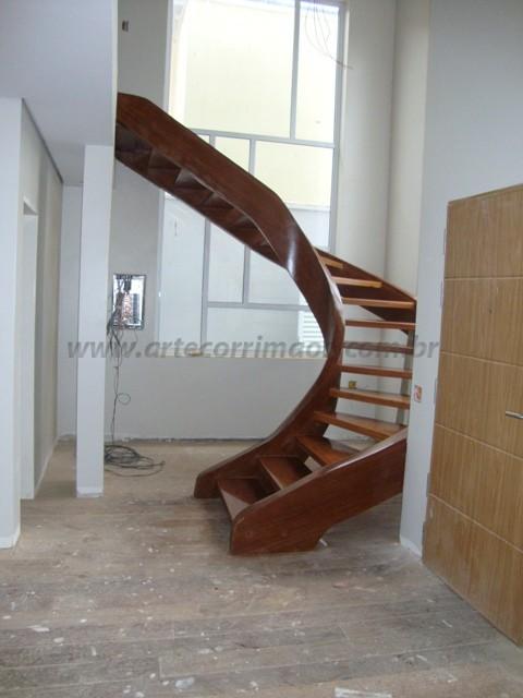 escada curva em madeira