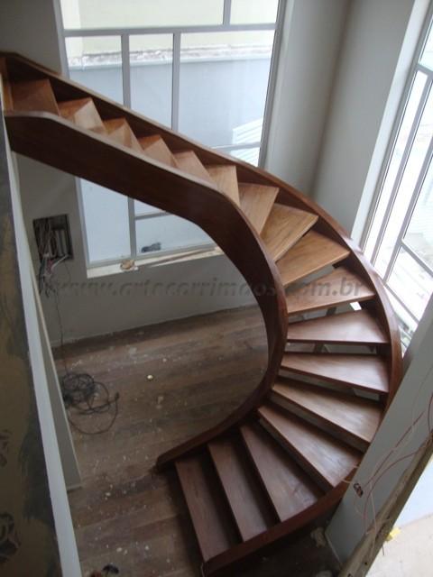 escada curva de madeira especial