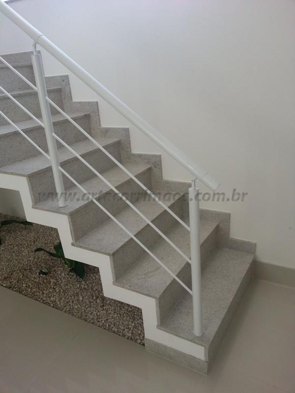 corrimão branco e escada