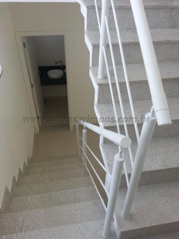 corrimão branco escada