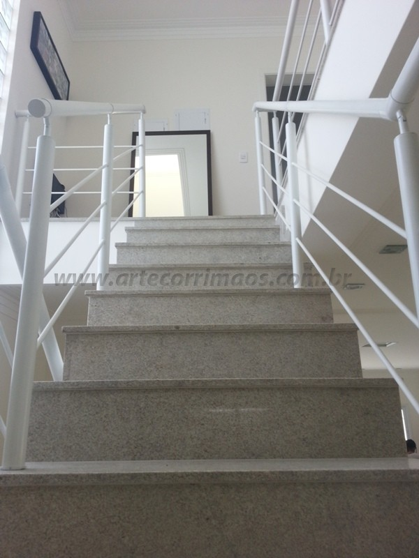 corrimão e escada ferro branco
