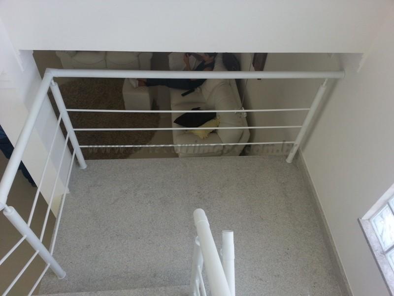 corrimão ferro branco em escada