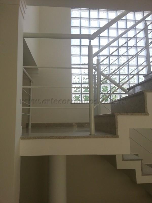 corrimão ferro branco na escada