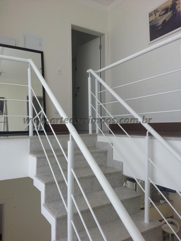 corrimão na escada branco