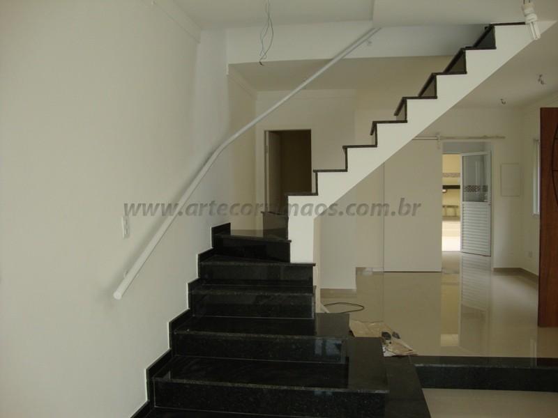 corrimao branco na escada residencial