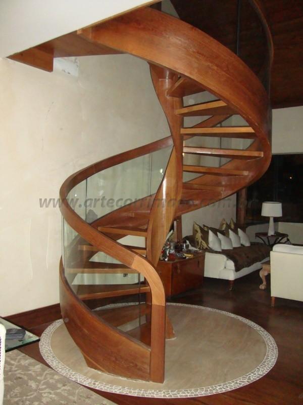 escada caracol em madeira e corrimao