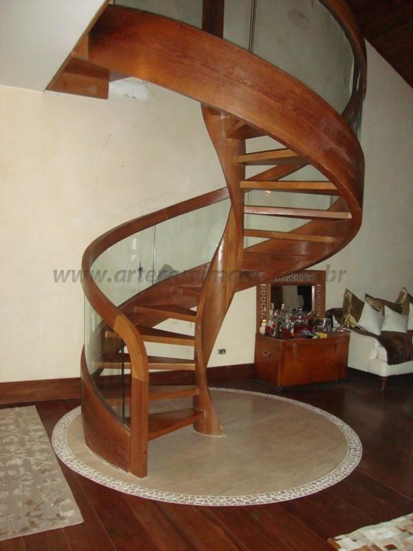 escada caracol em madeira fechada vidro