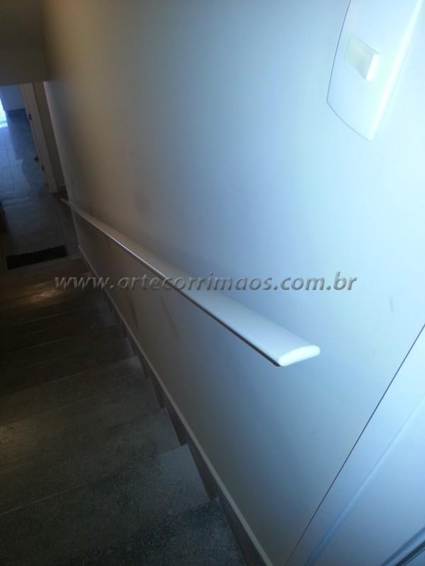 corrimão alumínio branco fixo na parede