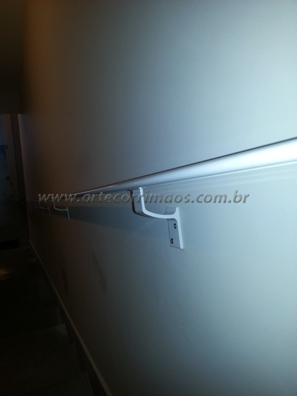 corrimao de alumínio branco fixo na parede