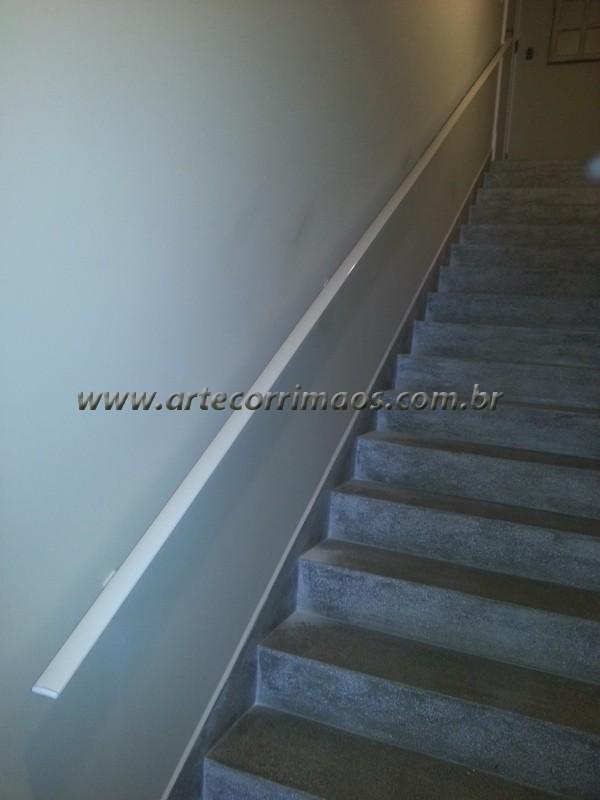corrimaos de alumínio branco fixo na parede