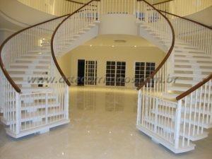 Balaustre branco torneado com corrimão de madeira cumaru