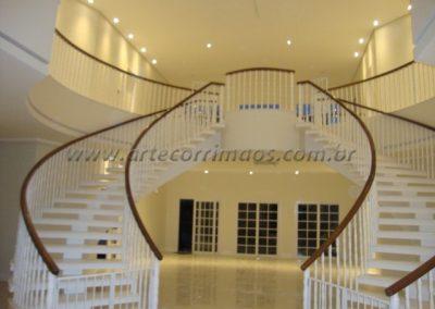 -Balaustre torneado branco com corrimão de madeira cumaru