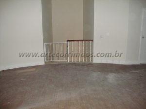 Balaustre torneado branco com corrimão de madeira cumaru e portãozinho