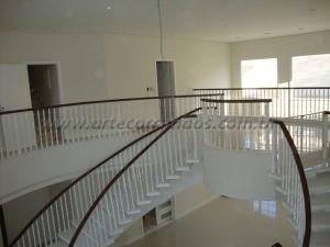 Balaustre torneado branco com corrimão de madeira cumaru
