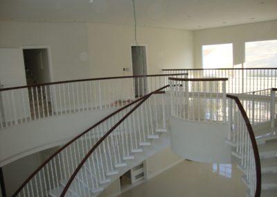 Balaustre torneado branco com corrimão de madeira cumaru.