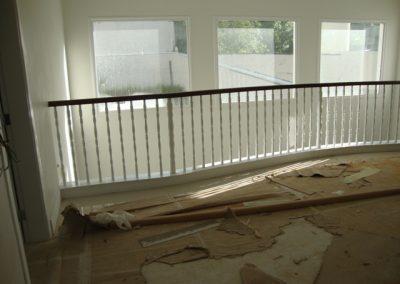 Balaustre torneado branco com corrimão desenvolvido em madeira cumaru