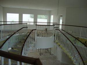 Balaustre torneado branco com corrimão e madeira cumaru