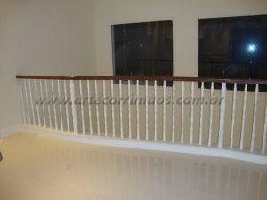 Balaustre torneado branco com corrimão fabricado em madeira cumaru