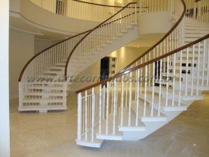 Balaustre torneado branco com corrimão madeira cumaru