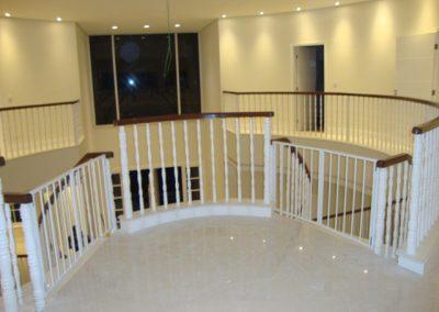 Balaustre torneado branco corrimão madeira cumaru