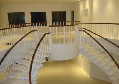Balaustre torneado branco e corrimão de madeira cumaru