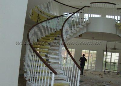 Balaustre torneado cor branco com corrimão de madeira cumaru