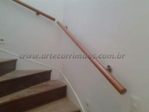 Corrimão de parede em madeira