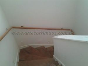 Corrimão de parede peroba rosa com suporte de inox