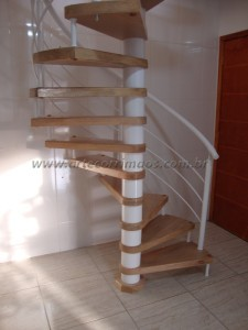 Escada Caracol Ferro branco e Madeira TAUARI