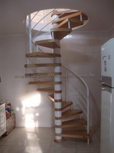 Escada Caracol em Ferro com Madeira TAUARI