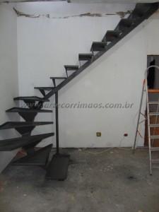Escada com viga central de ferro com bandeija
